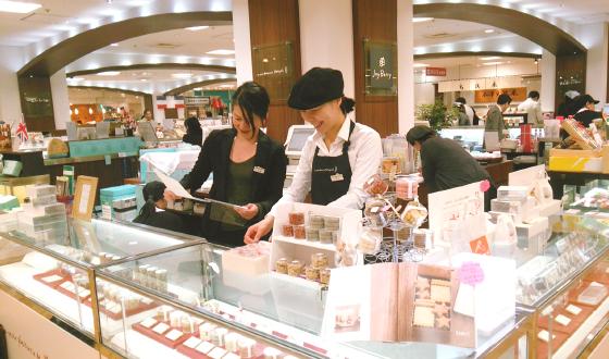 ショーケースに色とりどりのお菓子が並ぶ恵比寿三越店